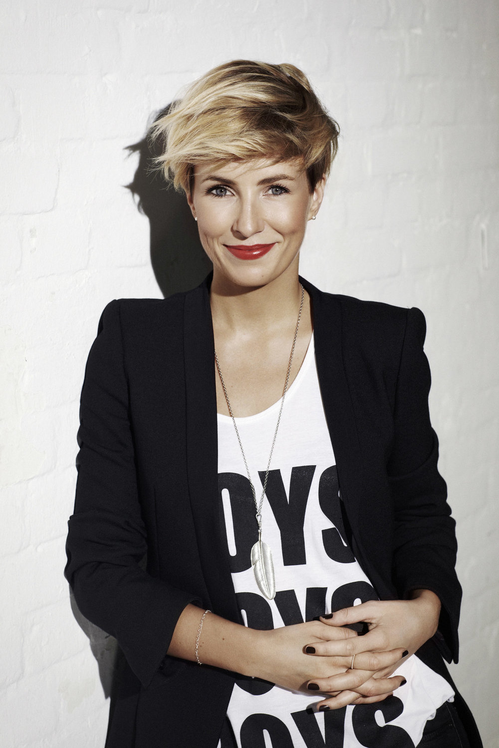 blonde-pixie-cut-with-highlights