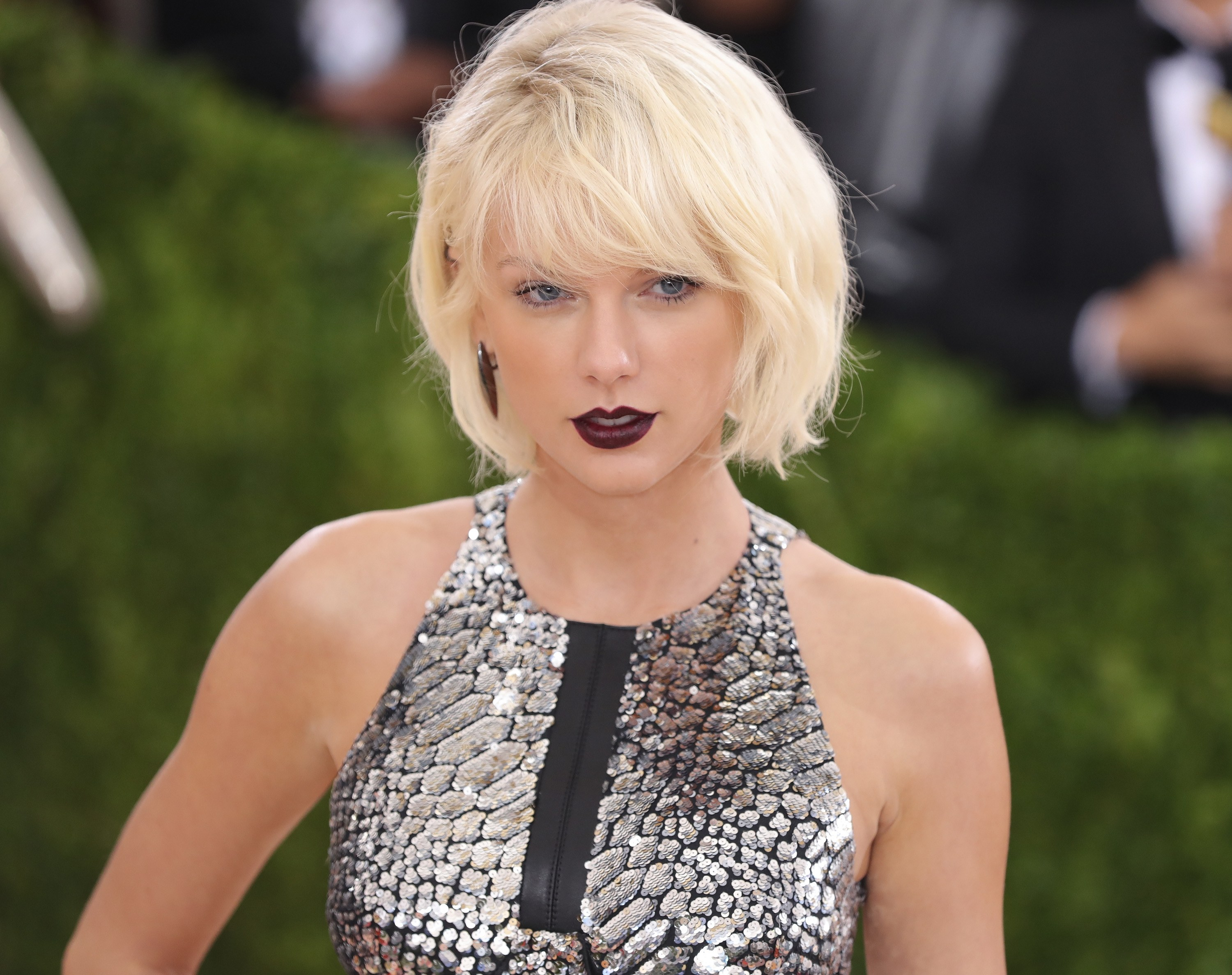 Taylor Swift platinum blonde bob hairstyles