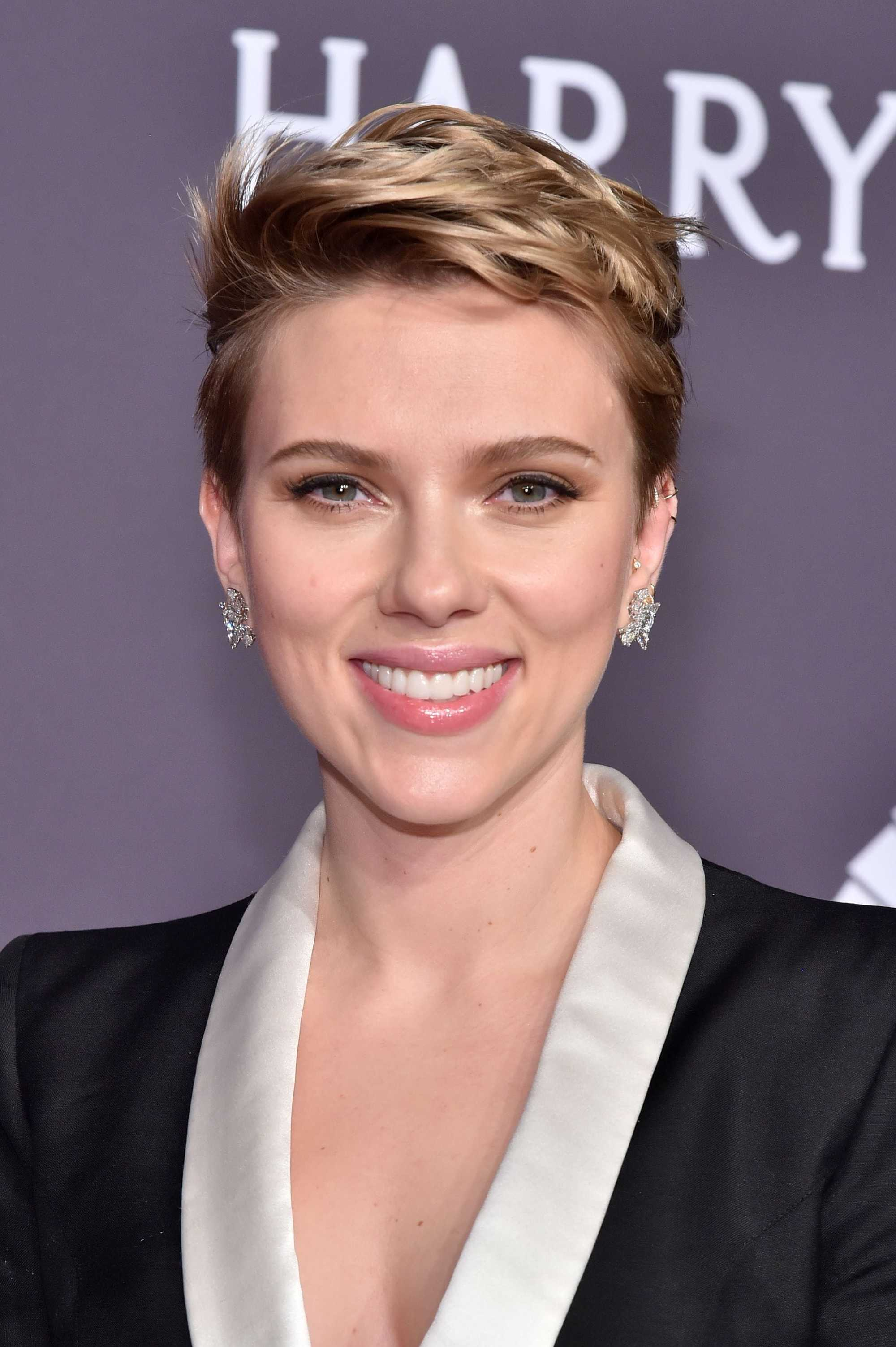 Scarlett Johansson new pixie haircut 2017