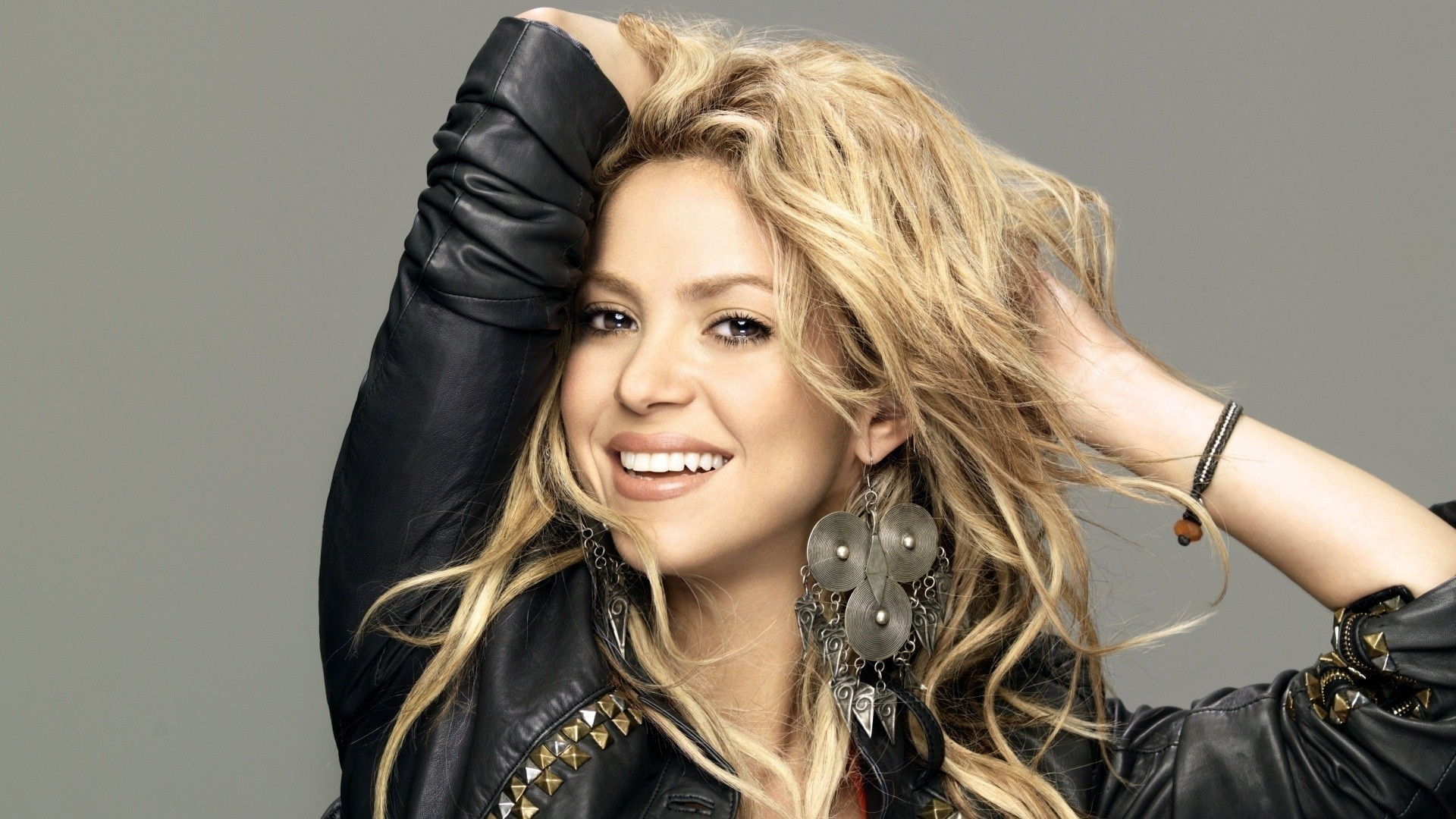 Shakira long messy wavy hairstyles