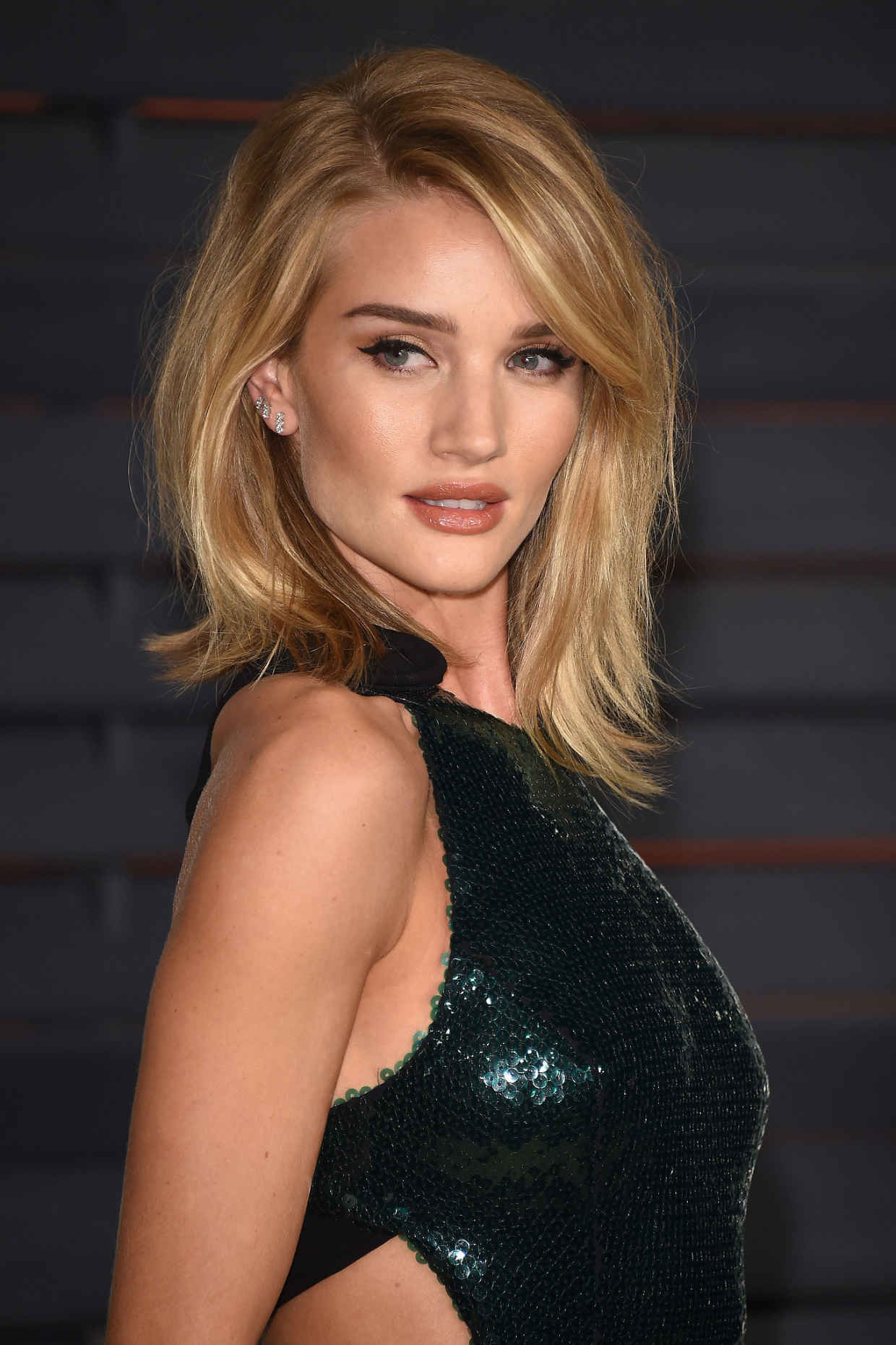 Rosie Huntington Whiteley voluminous side swept hair 2017